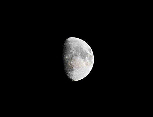 Luna en fase creciente convexa