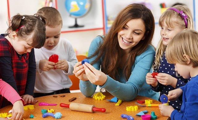 crianças brincam de massinha