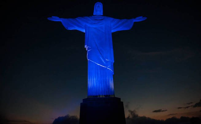 Cristo Redentor iluminado para alertar sobre o Novembro Azul