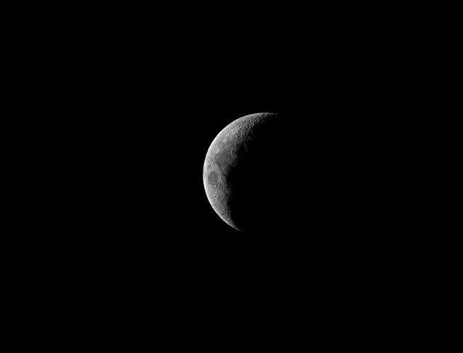 Imagen de la luna en fase creciente cóncava