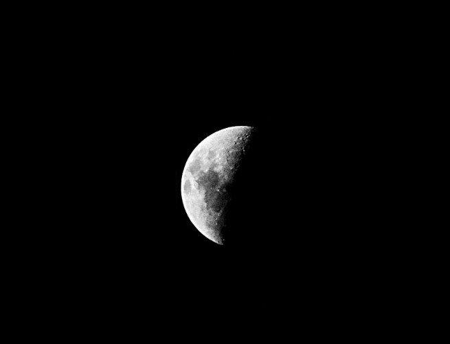 Fotograma de la luna en fase Cuarto creciente