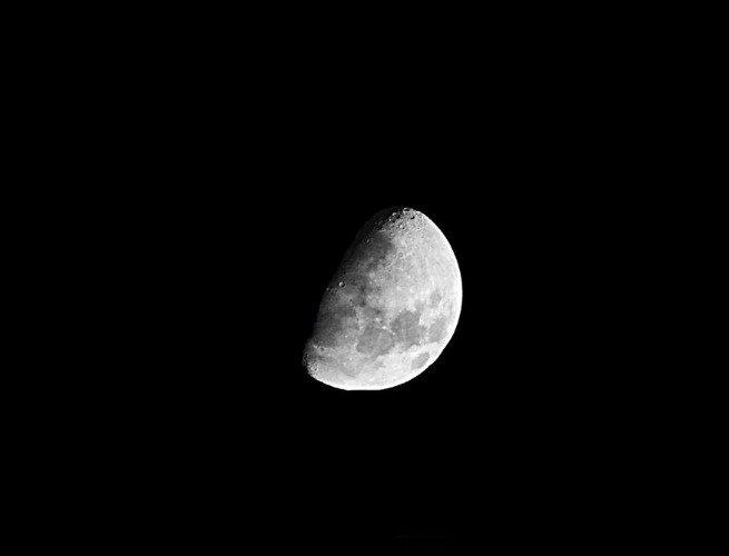 Imagen de la luna en fase menguante convexa