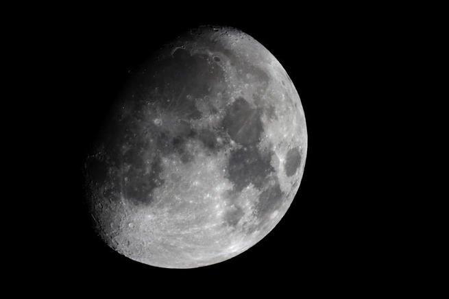 Imagen de la luna en fase creciente convexa