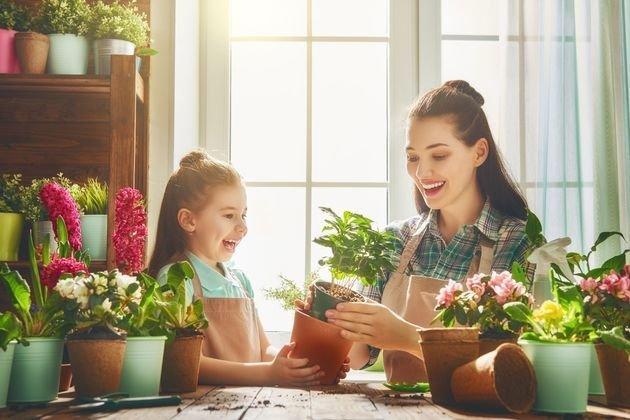 Mãe e filha plantando