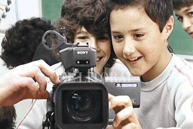 Meninos preparando câmera de vídeo