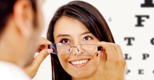 mulher colocando óculos