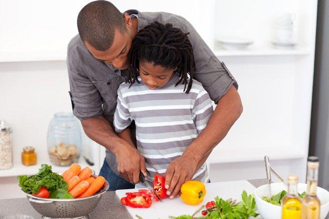 pai cozinhando