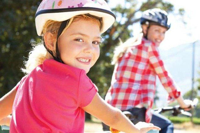 Mãe e filha andando de bicicleta