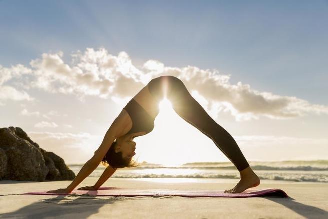 Mulher praticando yoga ao ar livre