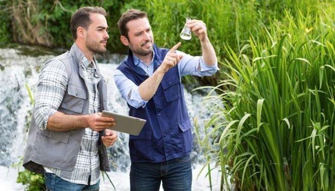 Biólogos trabalhando em meio à natureza