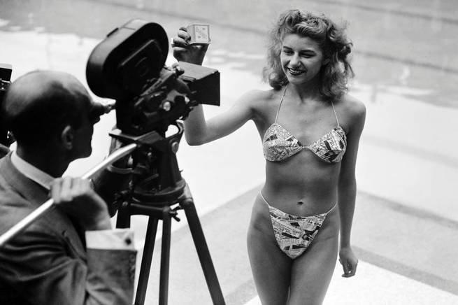 Micheline Bernardini pousando para foto com o primeiro biquíni da história