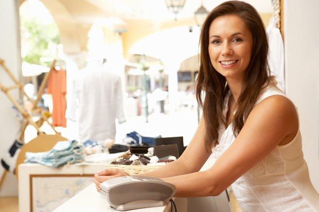 Comerciante sorridente em balcão da loja