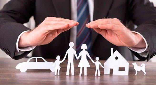 Homem protegendo família e bens feitos em papel