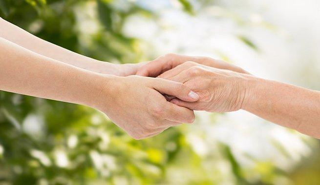 pessoa segurando as mãoes de outra
