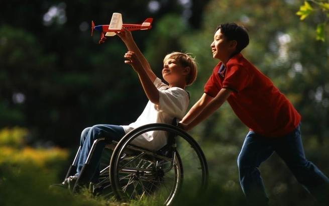 criança com deficiência física brincando