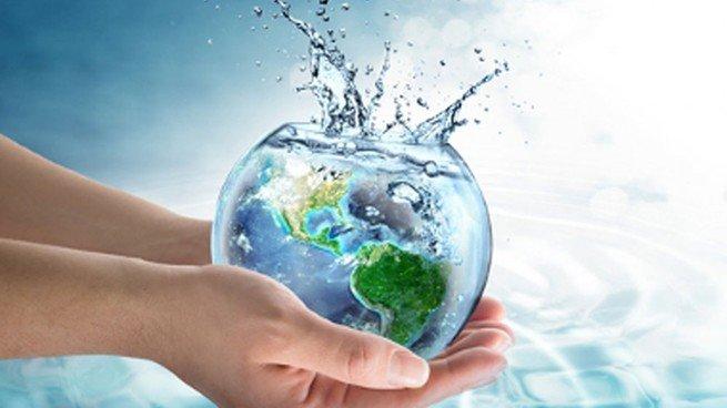 Mãe segurando aquário com Planeta Terra dentro