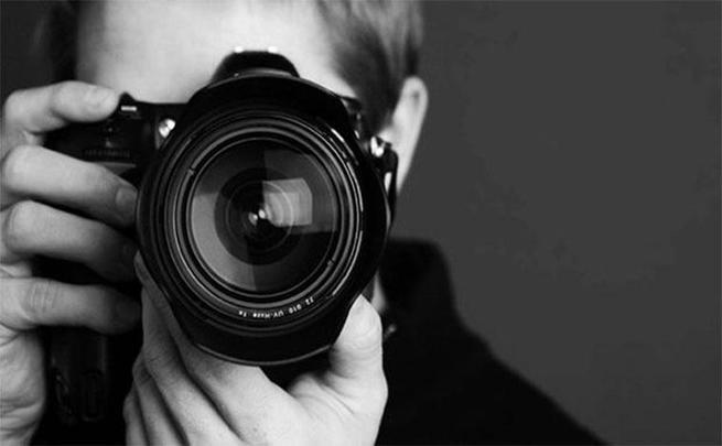 homem fotografando