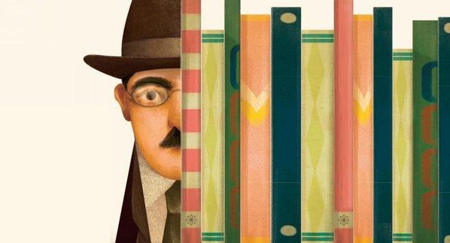 Boneco de Fernando Pessoa olhando por detrás de livros numa estante