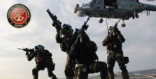 Fuzileiros navais em osição de ataque com helicóptero