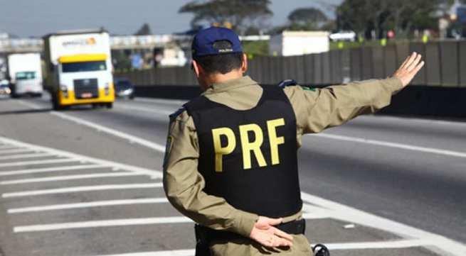 Policial Rodoviário Federal em serviço