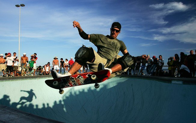 Bob Burnquist praticando skate